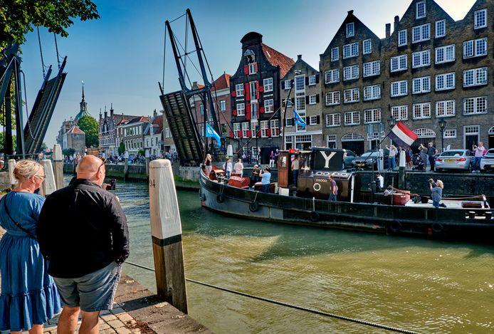 Schipper Willem van IJsseldijk vertrekt met zijn boot uit de Wolwevershaven, in de achtergrond mooi historisch Kuipershaven te zien