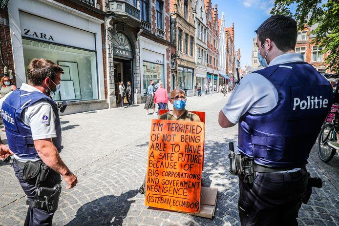Terwijl Wouter Mouton in de Steenstraat actie voert, arriveert de politie.