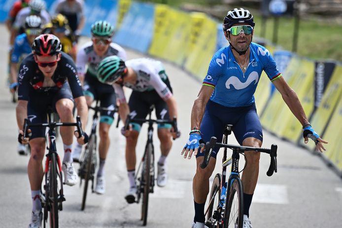 Alejandro Valverde sprint naar de overwinning, in de achtergrond wordt Wilco Kelderman vierde.