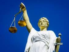 Politieman (46) Oost-Nederland, verdacht van stalking, staat in T-shirt en korte broek in rechtbank