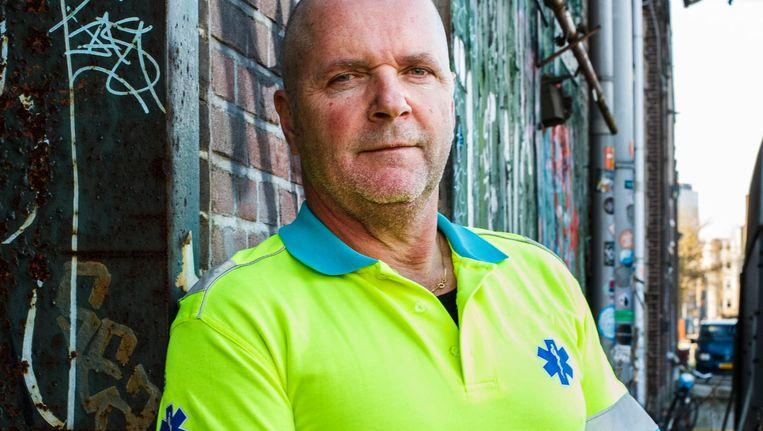 Ambulancebroeder Gert Terink (onder) is een oudgediende, die soms gefrustreerd is. 'Ik ben geen oppas' Beeld Carly Wollaert