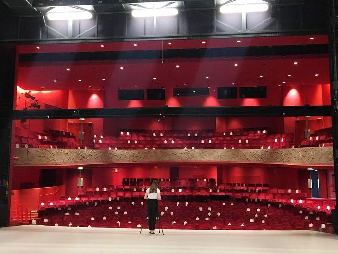 Schouwburg Orpheus in Apeldoorn heeft onder meer bekeken hoeveel mensen er ongeveer nog in de Rabobankzaal kunnen, met de anderhalvemeter-norm. De plekken die over blijven zijn hier aangegeven met witte briefjes.