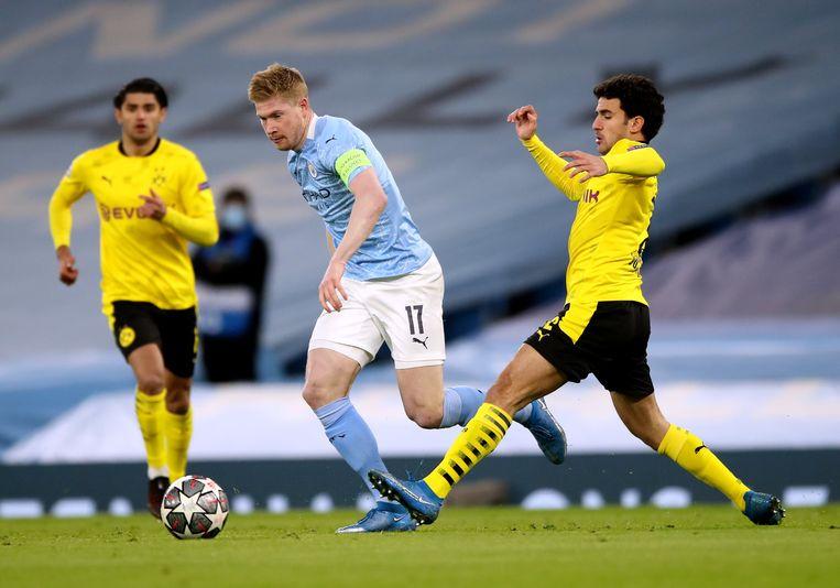 Dortmund-speler Mateu Morey kan De Bruyne niet afstoppen in het Etihad Stadium. Beeld Photo News
