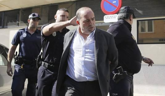 Verdachte Constantin Stan wordt naar de rechtbank geleid.