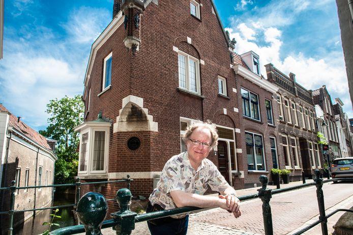 Historicus  Jean-Philippe van der Zwaluw bij het huis aan het Molenwerf waar Herman de Man heeft gewoond.