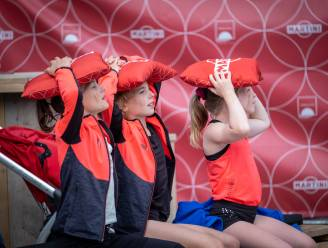"""FOTOREEKS Gymnasten supporteren voor Jutta: """"Onze nummer 1!"""""""