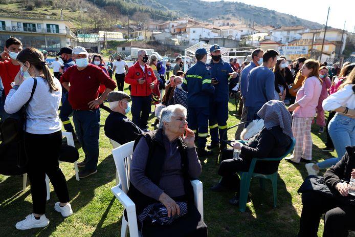 Mensen verzamelen op een voetbalveld in het dorp Mesochori na de aardbeving.