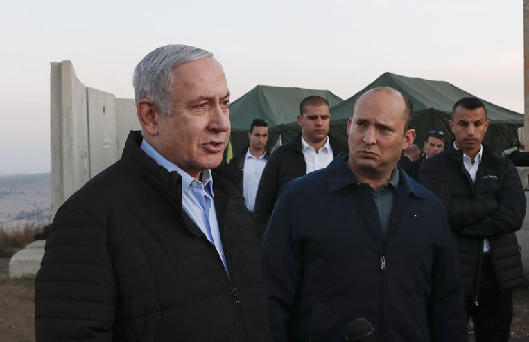Premier Netanyahu samen met Naftali Bennett (rechts), die in 2019 als zijn minister van Defensie diende.  Beeld AFP