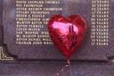 Een ballon bij het monument in Liverpool.