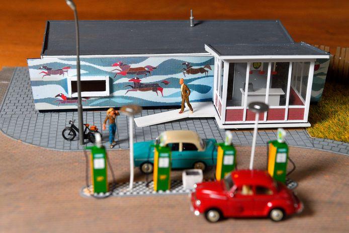 Modelbouwer en verzamelaar Peter de Groot bouwde het tankstation aan de Kwekersweg in Amersfoort in miniatuurmodel na.