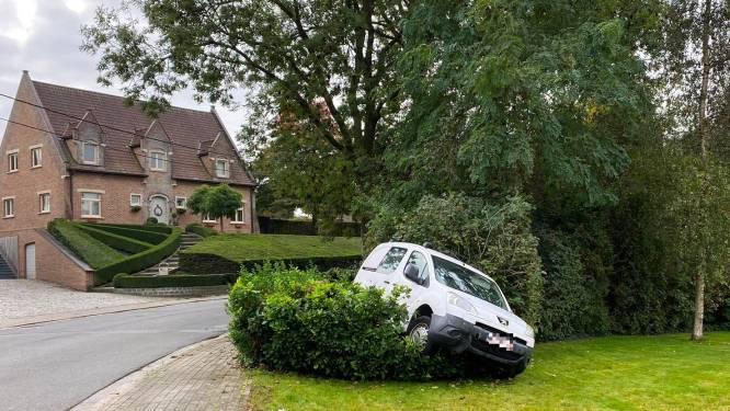 """Deze bestuurder vond een unieke parkeerplaats: """"Wagen hangt hier al sinds vannacht"""""""