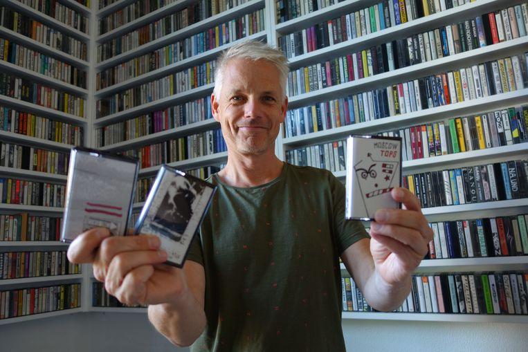 Marco van Dalfsen, die democassettes van Nederlandse bands verzamelt. Hij heeft een boek gevonden waarin programmeurs van de Melkweg in de 80's commentaar gaven op toegestuurde demo's. Beeld Het Parool