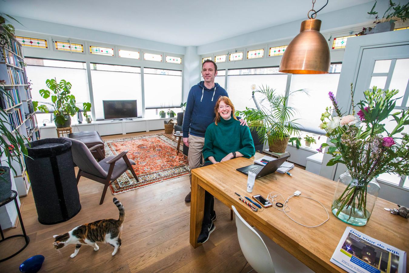 Terry Knight en Dieuwke van Strien in hun huis dat muziekgeschiedenis ademt.