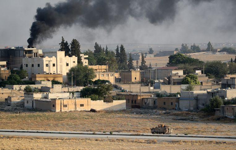 Een Turks legervoertuig in de Syrische stad Tal Abyad. Beeld EPA