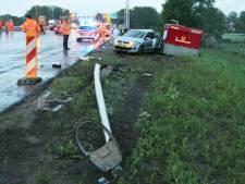 Bestuurder ramt lantaarnpaal langs A1 bij Enter en vlucht daarna weiland in, snelweg dicht