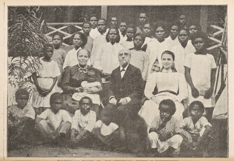 Beeld van de protestantse zending in Papoea-Nieuw Guinea  met enkele adoptiekinderen, 1902.