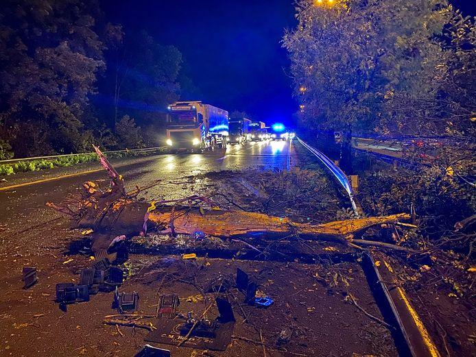 Door het ongeval belandde een boom op de rijweg.