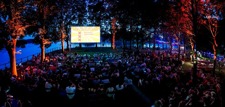 Filmpjes kijken aan de Sloterplas tijdens West Beach Film Festival. Beeld Marlise Steeman