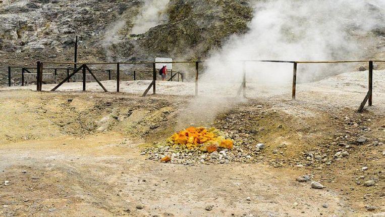 Zwaveldampen van de Solfatara, een actieve vulkaan die onderdeel vormt van de Campi Flegrei, gelegen in een vulkanisch gebied in de omgeving van Napels.  Beeld Wikimedia Commons