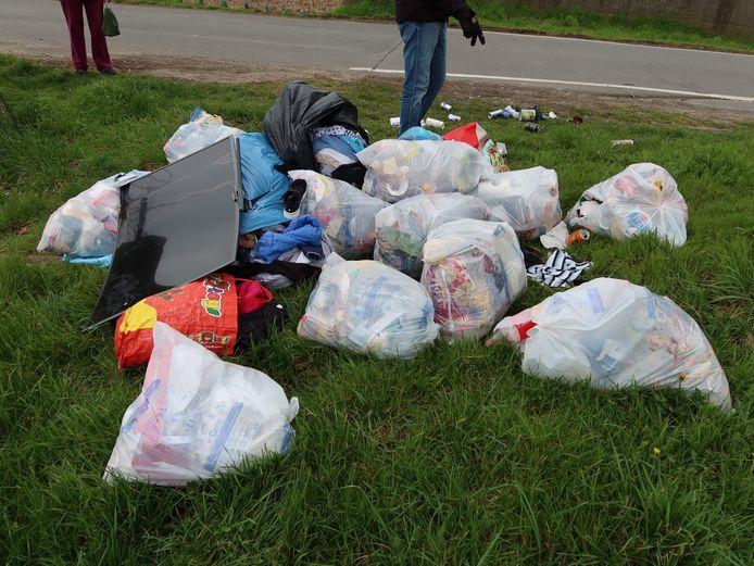In de Beekstraat in Bazel werden zaterdag 14 zakken afval gedumpt, enkele uren lag er ook al een afgedankt televisietoestel bij.