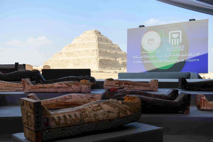 De houten sarcofagen tijdens de onthulling van de grote archeologische vondst.