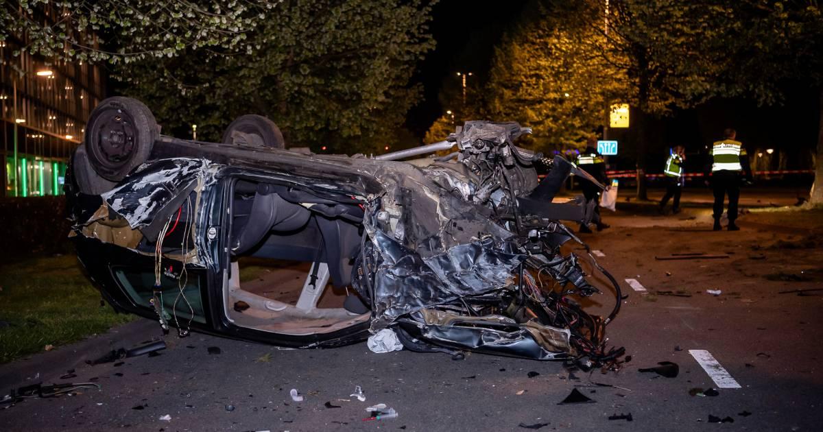 Automobilist zwaargewond na botsing tegen boom in Tilburg.