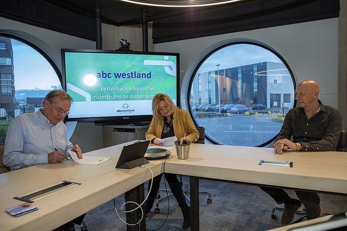 Herwi Rijsdijk (ABC Westland, links) en wethouder Cobie Gardien ondertekenen de overeenkomst. Rechts Mart Valstar van ABC Westland.