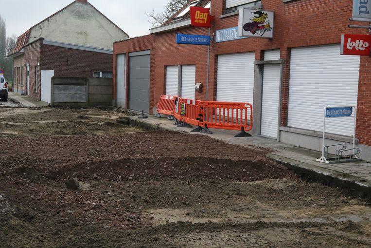 De kasseiweg voor de winkel van Lien Lefevre is opengebroken en daarom blijf de winkel blijft dicht.