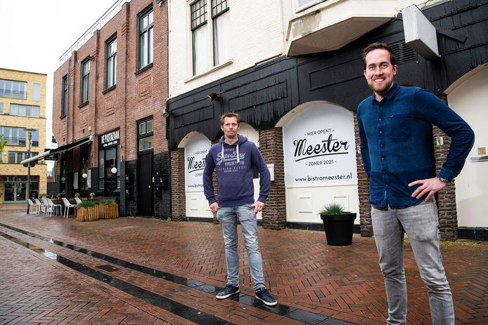 Tom Dirksen (r) en Steffen Hummel voor hun nieuwe zaak. Op de achtergrond hun andere restaurant: De Pastazaak. Zus, vriendin én collega Nathalie Dirksen is onlangs bevallen en ontbreekt op de foto.