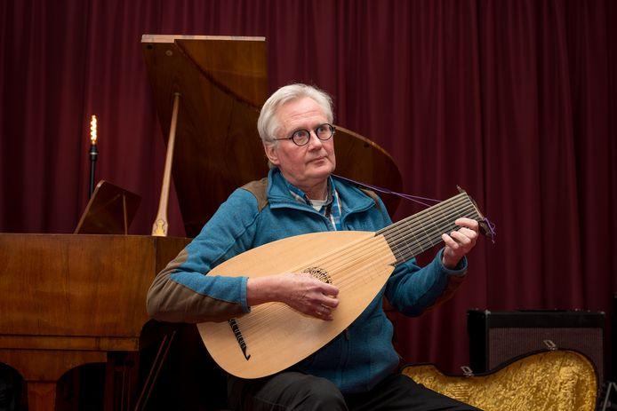 Albert de Vos bespeelt zijn luit in het cultuurhuis in Zierikzee Foto: Sandra Schimmelpennink