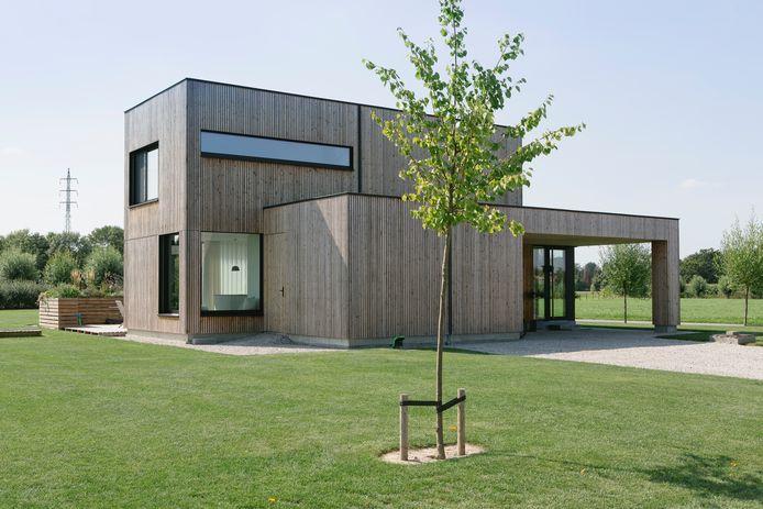 Het koppel besteedde veel aandacht aan de energiezuinigheid van hun houtskeletbouw. Zo heeft de woning slechts een E-peil van 19.