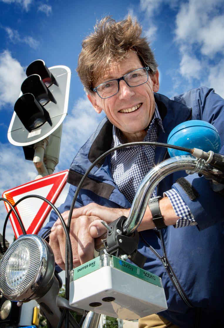 Carel Deckers fiets elke dag van Houten naar Utrecht met het snuffelkastje aan het stuur. Beeld Foto Maarten Hartman