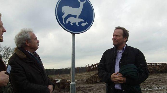 Johan van den Hout (rechts) opende in januari 2014 twee natuurbruggen die de Maashorst en Herperduin met elkaar verbinden.