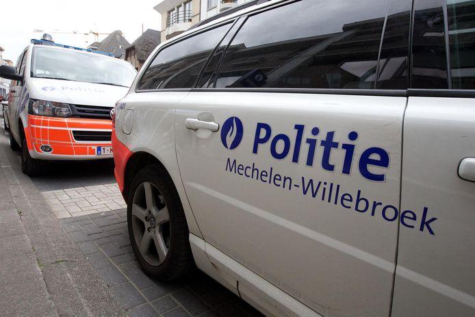 Voertuigen van de politiezone Mechelen-Willebroek voor het politiecommissariaat in de Mechelse de Merodestraat.