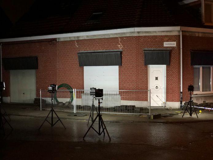 Deze woning aan de Oude Baan in Ekeren werd vannacht beschoten.