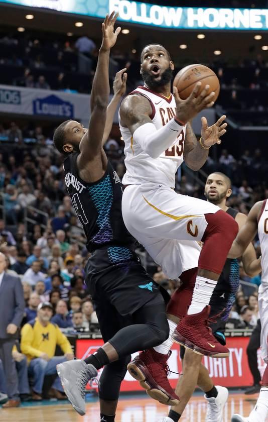 LeBron James (rechts) in actie tegen de Charlotte Hornets.