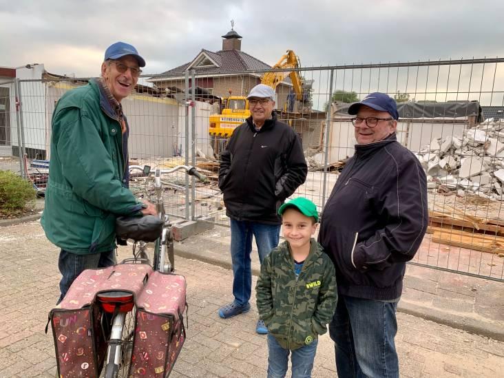 Kees (78), Peter (69), Thijs (68) en Callen (7) kijken bij de sloop van een oud winkelcentrum