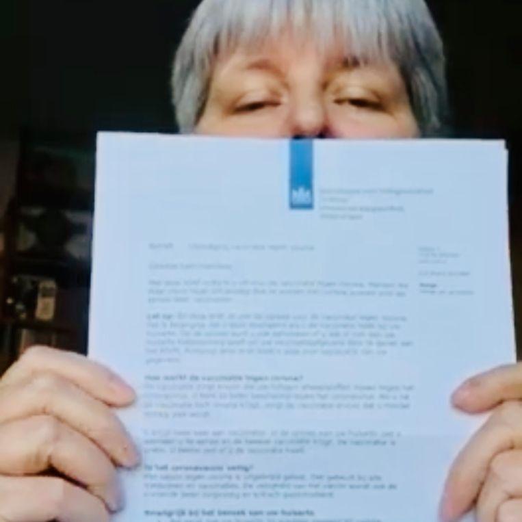 Jolanda van Dulken met een vaccinatie-uitnodiging op YouTube.  Beeld -