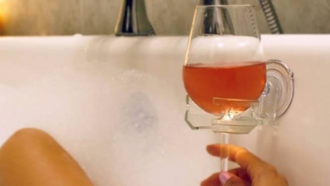 Deze gadget maakt wijn drinken in bad een stuk makkelijker