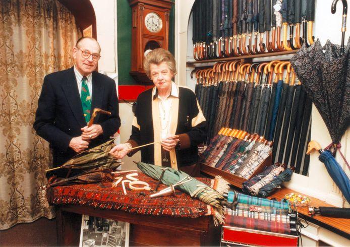 Albert Martinot en zijn zus Wilhelmina in hun paraplu- en wandelstokkenwinkel aan de Voorstraat.