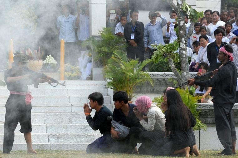 Re-enactment van de Rode Khmer-horror op de jaarlijkse herdenking in het Genocidal Center in Choeung Ek in Cambodja. Beeld AFP