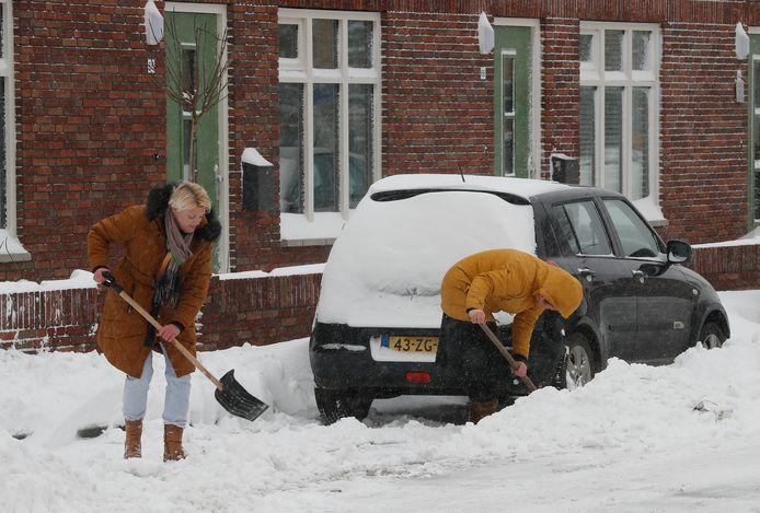 Doetinchemmers graven hun auto uit.