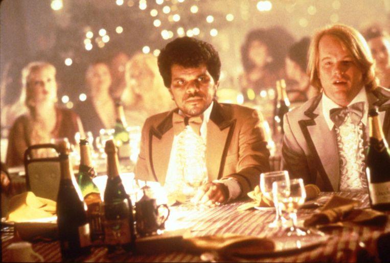 Luis Guzmán (links) en Philip Seymour Hoffman in Boogie Nights. Beeld