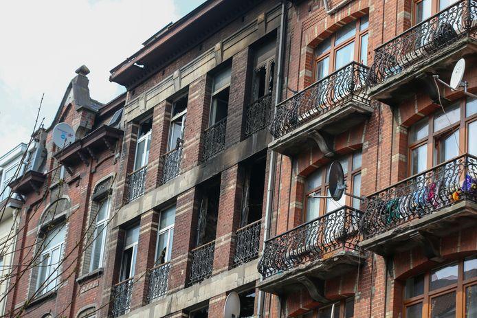 L'immeuble de la rue Heyvaert ravagé par les flammes.