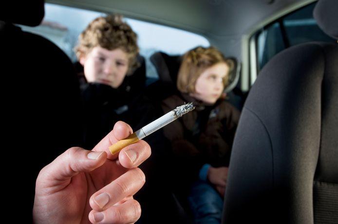 Roken in een auto met kinderen moet verboden worden, stelt kinderarts Jasper Been