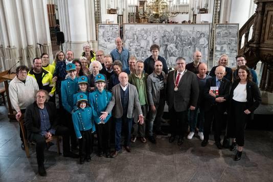 Onthulling van het kunstwerk de Nijmeegse Nachtwacht van Sven Hoekstra in de Sint Stevenskerk:  Een groot deel van de geportretteerden was aanwezig en ging op een groepsfoto.