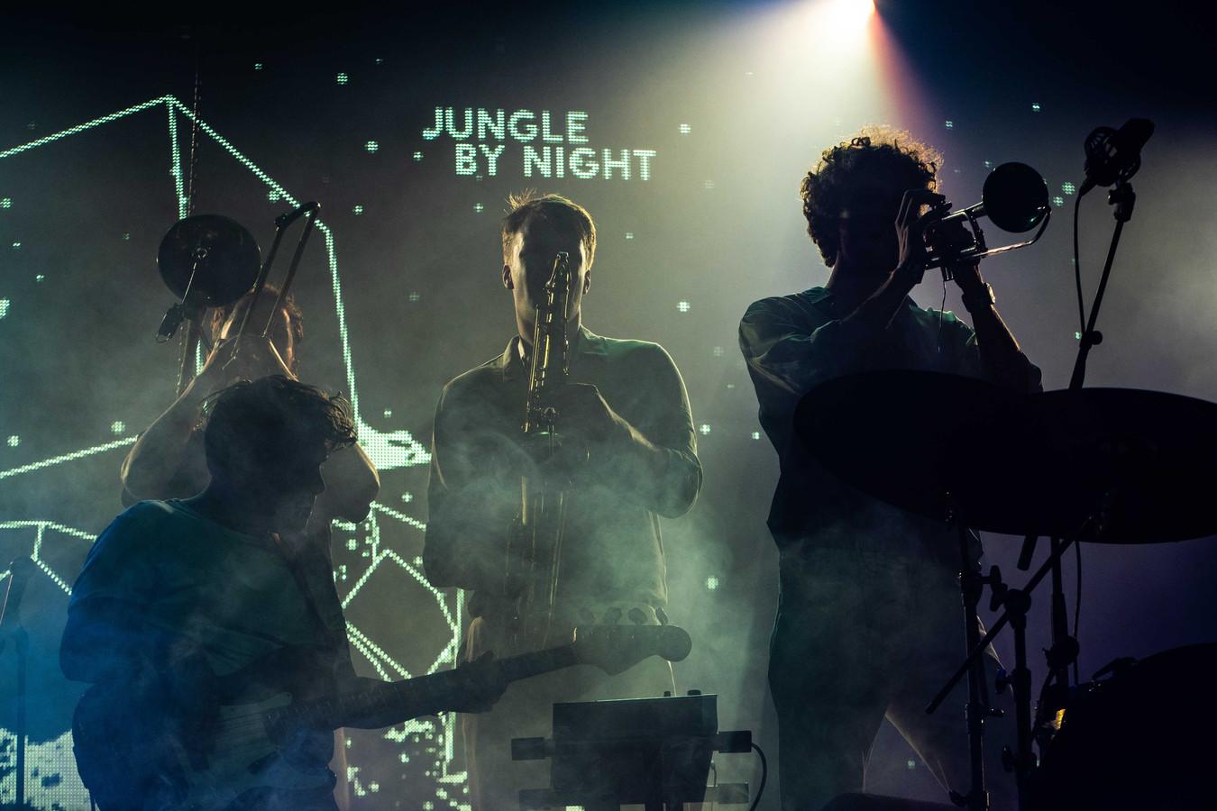 De Amsterdams formatie Jungle By Night tijdens een optreden