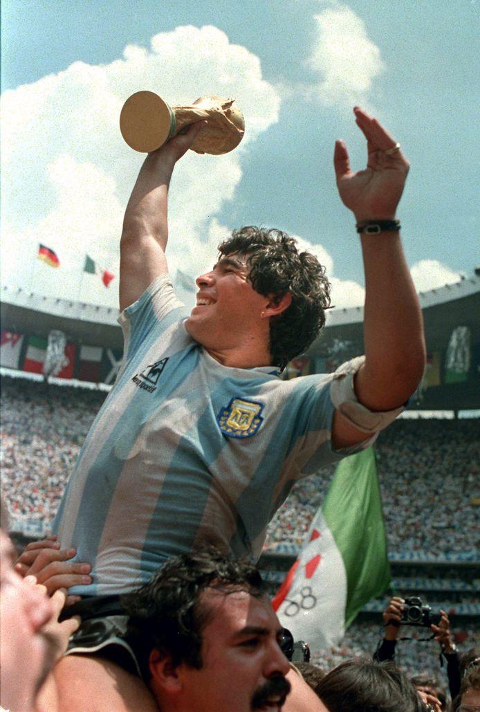 Maradona met de wereldbeker na een 3-2 overwinning van Argentinië op West-Duitsland op 29 juni 1986 in het Azteca-stadion in Mexico-Stad.