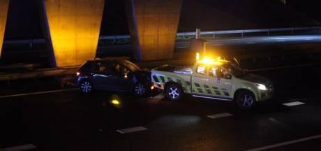 Auto rijdt in op inspectiewagen die file bewaakt