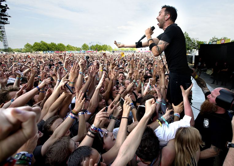 De frontman van Rise Against daagt het publiek uit, dat op haar buurt volledig gek wordt. Beeld Harry Heuts